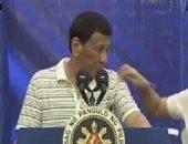 """صرصور """"ليبرالى"""" يتسلق كتف الرئيس الفلبينى خلال كلمته أمام تجمع انتخابى"""