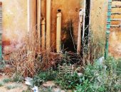 فيديو وصور.. عمارات الحالات الأولى بالرعاية فى الداخلة تغرق فى مياه الصرف الصحى