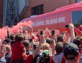 استقبال أسطوري لنجوم ليفربول قبل مباراة ولفرهامبتون.. فيديو وصور