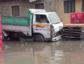 ماسورة مياه تغرق عدة شوارع بشبين القناطر.. والشركة تدفع بسيارات لشفط المياه