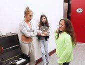 ابن الوز عوام.. شاهد مهارات ابنة جينيفر لوبيز فى الغناء ..فيديو