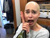 الشمبانيا.. طريقة احتفال إيمليا كلارك أثناء مشاهدتها الحلقة الخامسة من GOT