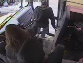 شاهد.. سائقة حافلة تنقذ شابا فى اللحظة الأخيرة بنيويورك