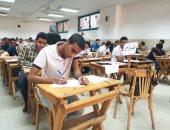"""ضبط 3 طلاب بحوزتهم """"موبايلات"""" داخل لجنة بالدقهلية وطالبة تمزق ورقة الإجابة"""