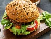 للراغبين فى وجبات صحية.. شاهد برجر مصنوع من البروتين والخضروات