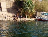 """فيديو وصور.. الأطفال والكبار يسبحون فى النيل هربا من """"الحر"""" بأسوان"""