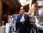 """شاهد.. جورج قرداحى يسلم 100 ألف جنيه للفائز بجائزة """"اسم من مصر"""" بمنطقة الخصوص"""