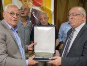 محافظ بورسعيد يكرم مدير القوى العاملة عقب ترقيته