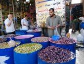صور.. تمر وزيتون مطروح يزينان معظم الموائد المصرية خلال شهر رمضان