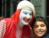 كروان.. بطل العلاج بالضحك فى مستشفى سرطان الأطفال.. فيديو