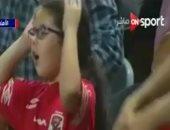 """فيديو.. """"مش مصدقاك"""".. طفلة تخطف الأضواء فى مدرجات الأهلى أمام إنبى"""