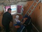 صور.. إنقاذ سيدة مسنة عقب انهيار جزء من عقار بالإسكندرية
