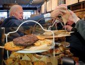 جو بايدن يتناول فطيرة التوت بأحد مطاعم ولاية نيو هاميشاير