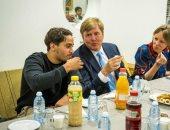 فيديو .. ملك هولندا يشارك المهاجرين المسلمين مائدة الإفطار فى لاهاى