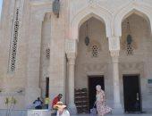 شاهد.. سائحون بالغردقة يزورون أقدم المساجد وورشة تصنيع المراكب