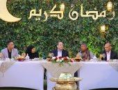 الرئيس السيسي يتناول الإفطار مع مجموعة من المواطنين بمقر إقامته