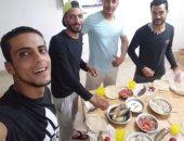 قارئ يشارك بصورته لإفطار جماعى مع زملاء العمل بالعلمين