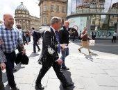 """صور.. بريطانى يلقى """"ميلك شيك"""" على زعيم حزب بريكست البريطانى"""
