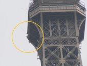 فيديو وصور.. الشرطة الفرنسية تخلى برج إيفل بعد تسلق شخص واجهته