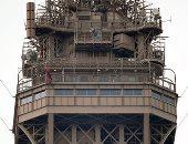 صور.. رجل مجهول يهدد بإلقاء نفسه من أعلى برج إيفل