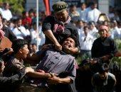 """الكمبوديون يعيدون تمثيل مجازر """"حقول القتل"""" بالملابس السوداء والأوشحة الحمراء"""