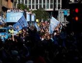 شاهد.. موكب مانشستر سيتى يطوف شوارع إنجلترا احتفالا بالثلاثية المحلية