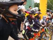 شاهد.. أطفال صغار يخوضون سباق دراجات هوائية دون دواسات بالصين