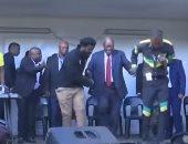 شاهد.. رئيس جنوب أفريقيا السابق يرقص بعد مغاردة محاكمته بالمحكمة العليا