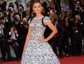 بتوقيع Chanel..كام ساعة احتاجها فستان بينلوبى كروز في التنفيذ؟