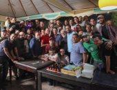 """صور..أسرة مسلسل """"أبو جبل"""" تفاجئ مصطفى شعبان وتحتفل بعيد ميلاده في اللوكيشن"""