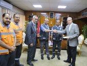 محافظ قنا يكرم عاملين بالإسعاف عثرا على مبلغ مالى أثناء نقل مصاب بحادث سير