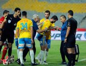 فيديو وصور.. صدام رؤوس بين أيمن أشرف ومصطفى فارس فى مباراة الأهلى والإسماعيلى