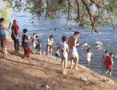 فيديو وصور.. الأسايطة يحولون نهر النيل والترع لمنتجع ومصيف هربا من حرارة الجو والصيام