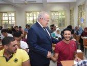 صور.. رئيس جامعة القاهرة يتفقد الامتحانات .. ويؤكد: مرت بدون مشاكل