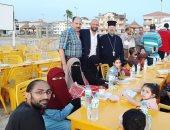 كاهن كنيسة الروم الأرثوذكس بدمياط يقدم وجبات الإفطار على الطرق السريعة