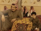 صورة نادرة للملك سلمان عنوانها التواضع والبساطة