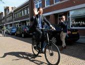 """""""بالبسكلته"""".. رئيس وزراء هولندا يدلى بصوته فى الانتخابات الأوروبية"""