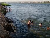 شباب وأطفال سوهاج يقفزون فى النيل والترع هربا من حرارة الطقس
