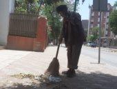 """فيديو وصور.. """"الشقيانين فى الشوارع"""".. عمال النظافة بأسيوط vs حرارة الجو والصيام"""