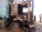صور.. احتراق شاحنة بدرب الأربعين فى الوادى الجديد بسبب ارتفاع درجات الحرارة