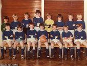 بعد 40 سنة.. بريطانى يجمع فريقه لكرة القدم بالمدرسة الابتدائية