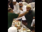 """""""إنما المؤمنون إخوة"""".. شخص يفطر آخر مبتور اليدين فى المسجد النبوى.. فيديو"""