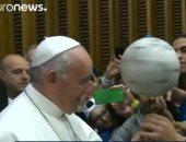 شاهد.. مهارة بابا الفاتيكان فى كرة القدم