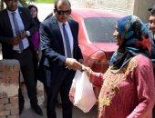 """توزيع حقائب رمضانية وتركيب وصلات مياه ضمن مبادرة """"القرية"""" ببنى سويف"""
