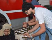 صور.. شباب شبرا الخيمة يقدمون الإفطار للصائمين أعلى كوبرى مسطرد