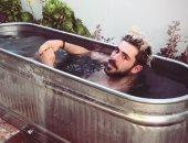 """شاهد.. زاك إيفرون يشارك جمهوره تجربة """"حمام الماء المتجمد"""""""