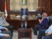 محافظ المنيا يناقش مع ممثلى القومى للمرأة المبادرات بالقرى الأكثر احتياجا