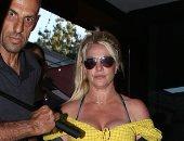 صور.. وسط حراسها الشخصيين.. بريتني سبيرز تستمتع بوقتها فى لوس أنجلوس