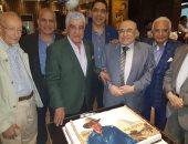 زاهى حواس ينشر صورة خلال احتفال أصدقائه بعيد ميلاده