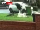 فيديو.. بريطانى ينقذ مسنة من محاولة سرقة فى مانشستر